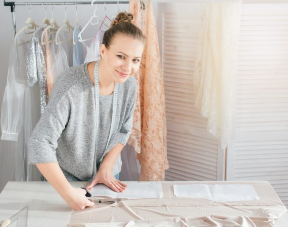 Couturière sur plan de travail couture
